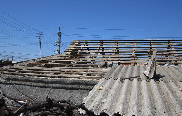 Во время демонтажа шифера с крышии