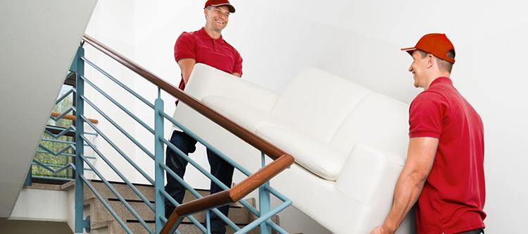 Специалисты транспортируют диван