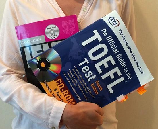 Студент с книгами по TOEFL
