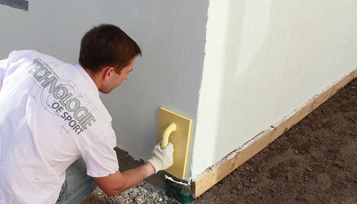 Специалист работает со стенами