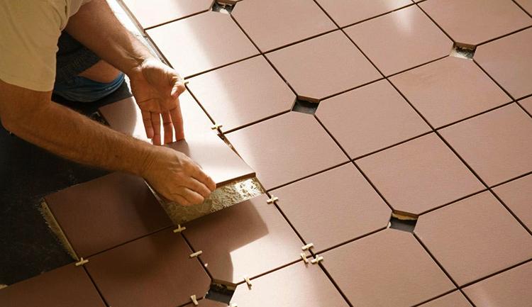 Процесс укладки метлахской плитки