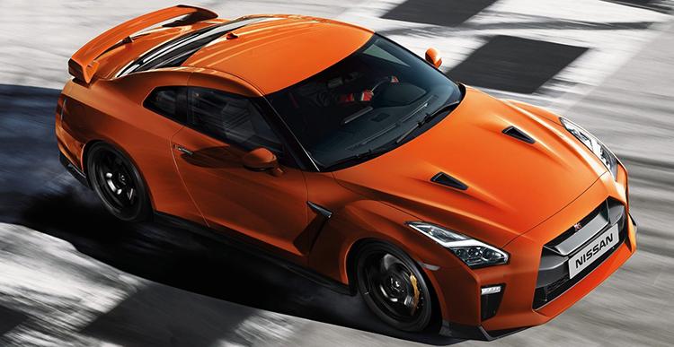Суперкар Nissan GT-R на дороге