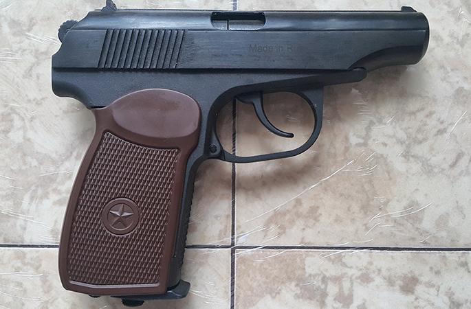 Пистолет Макарова лежит