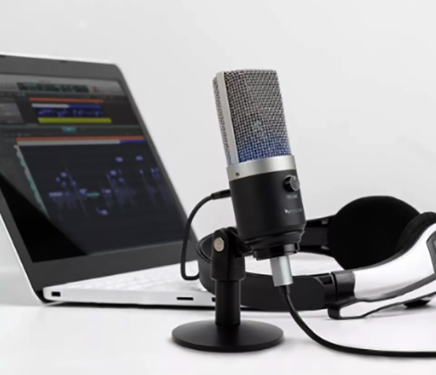 Ноутбук и микрофон