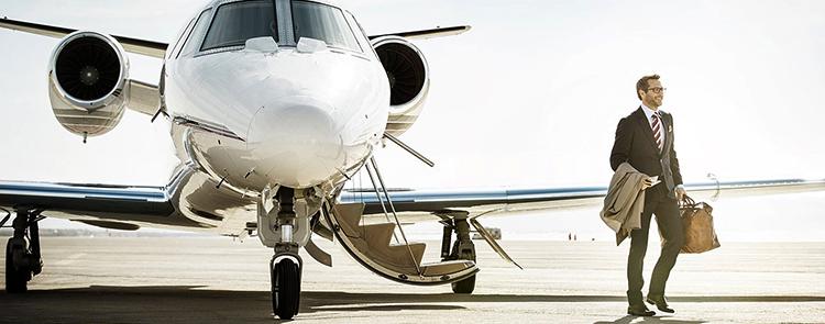 Пассажир и частный самолет