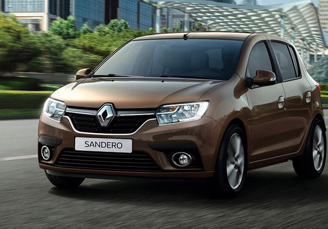 Renault Sandero на дороге