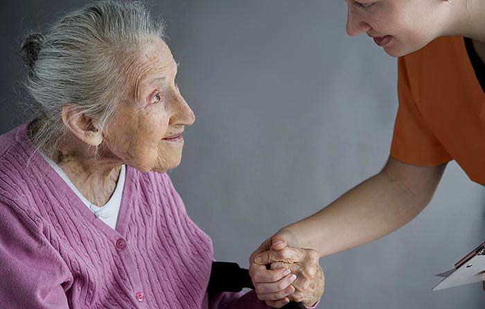 Сиделка с бабушкой