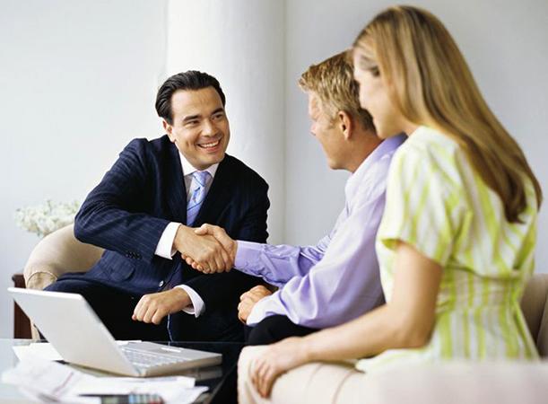 Страховой агент с клиентами