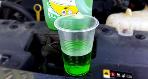 Зеленый антифриз в стакане