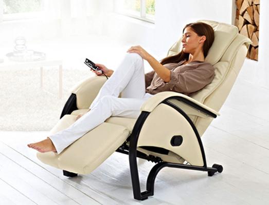 Женщина на массажном кресле