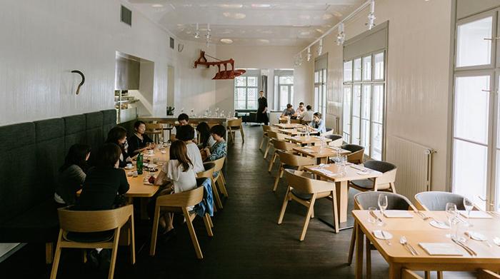 Люди кушают в ресторане в Праге