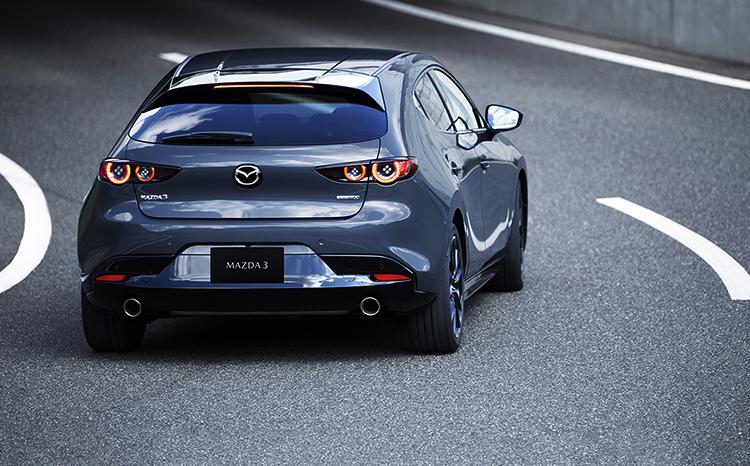 Mazda 3 на дороге