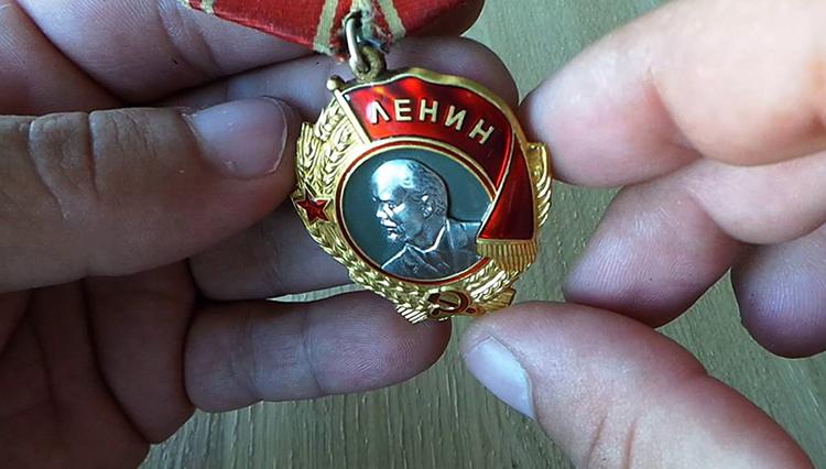 Орден Ленина в руках