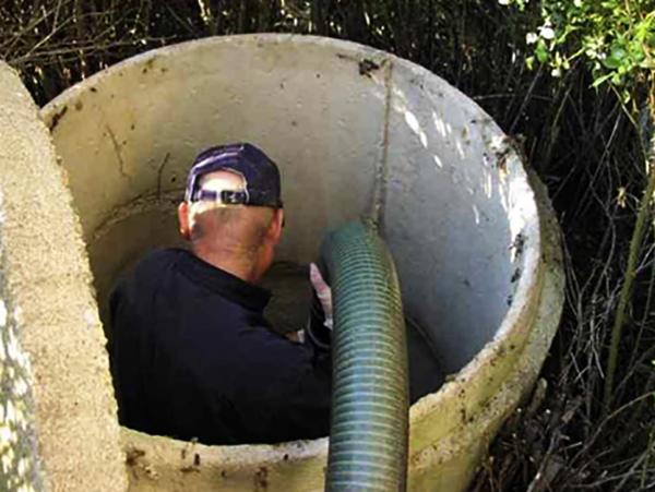 Специалист по откачке канализации