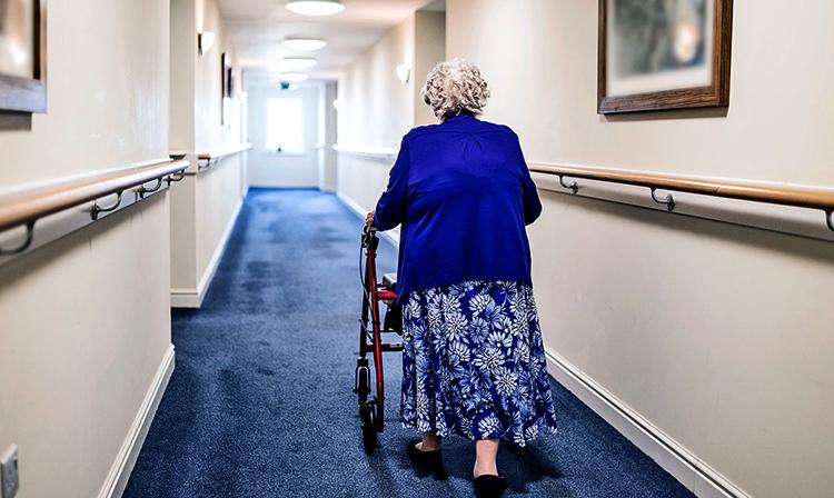 Бабушка в доме престарелых
