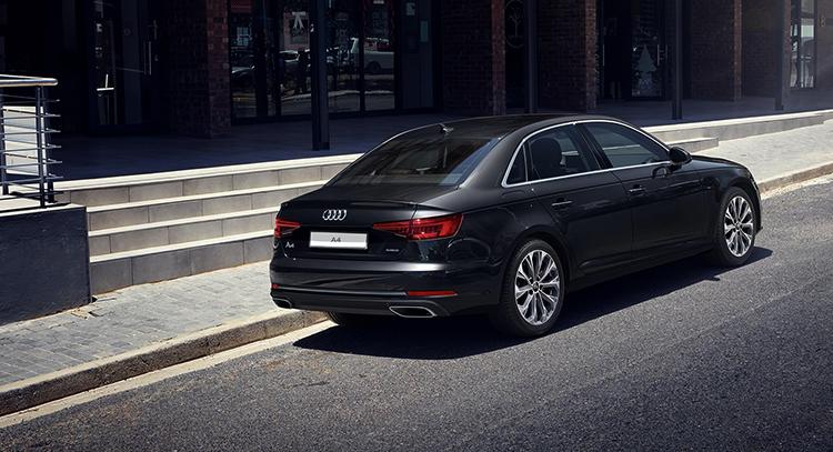 Audi A4 на дороге