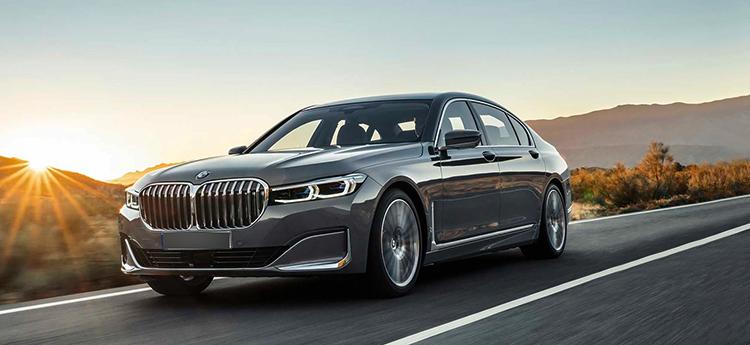 BMW 7 на дороге