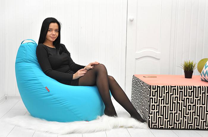 Женщина на кресле-мешке