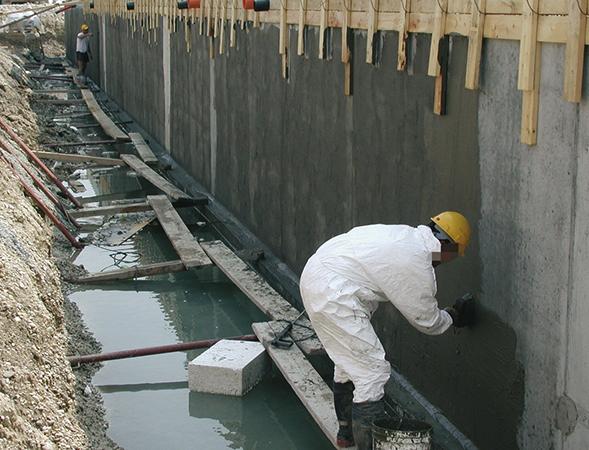Специалист выполняет гидроизоляцию
