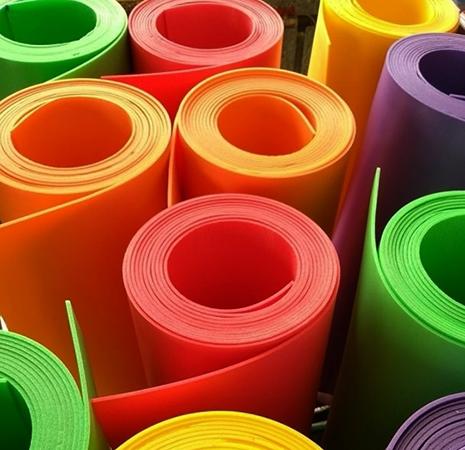 Разноцветные рулоны изолона