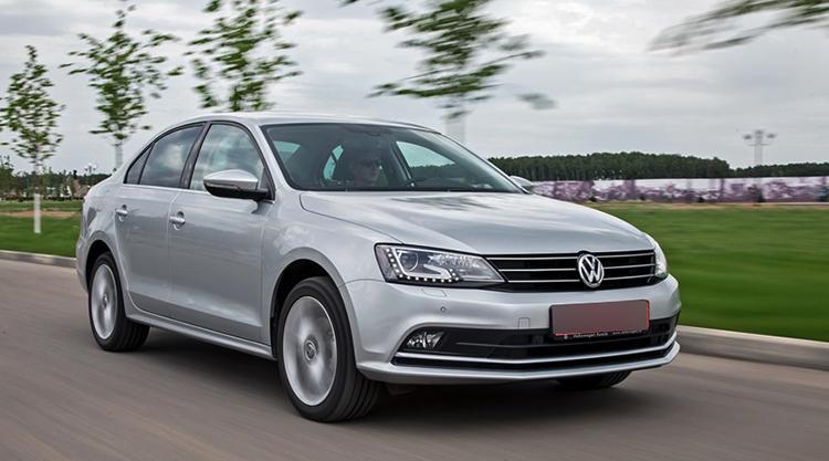 Volkswagen Jetta на дороге