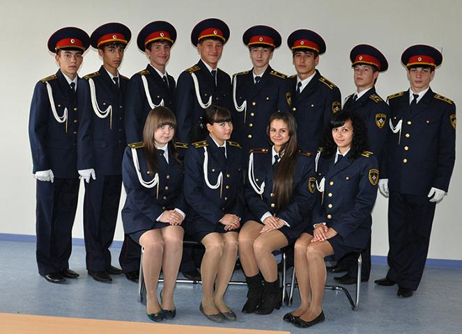 Парни и девушки в кадетской форме