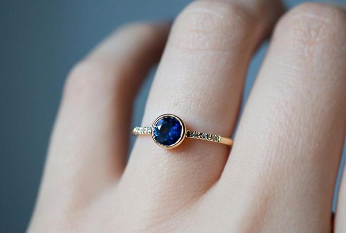 Кольцо с сапфиром на руке