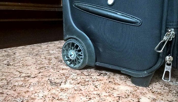 Современный чемодан на колесиках