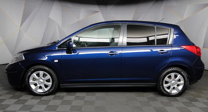Nissan Tiida в профиль