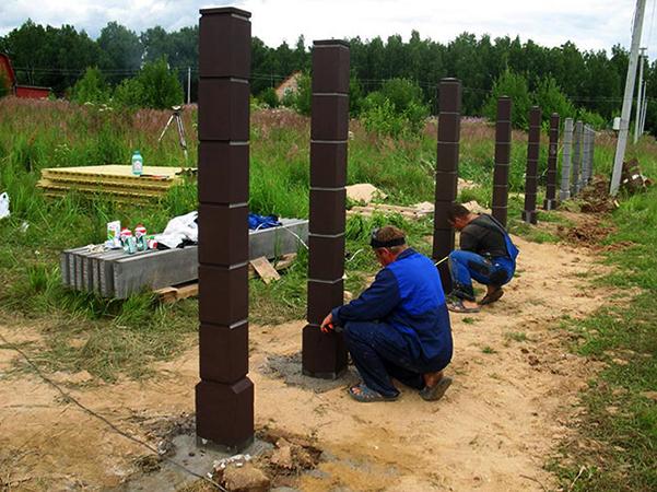В процессе бетонирования столбов