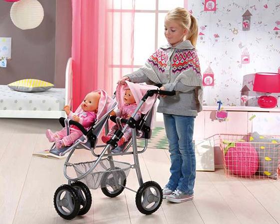 Девочка с игрушечной коляской