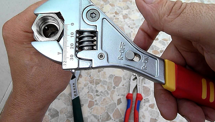 Разводной сантехнический ключ