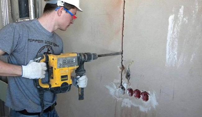 Специалист проводит штробление стен