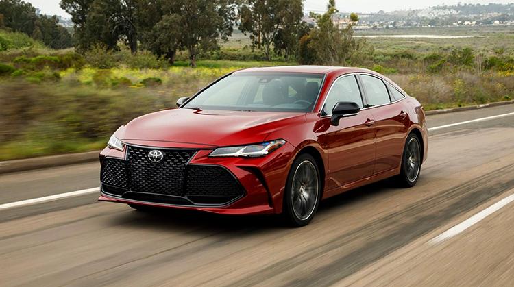 Toyota Avalon на дороге