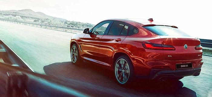 BMW X4 на дороге