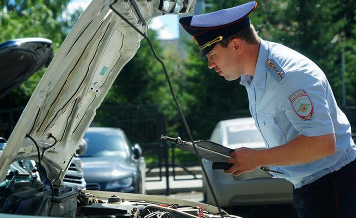 Инспектор проверяет авто