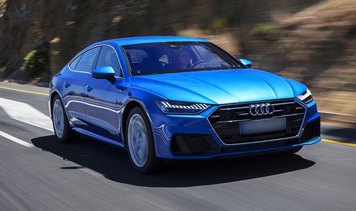 Синий Audi A7 на дороге
