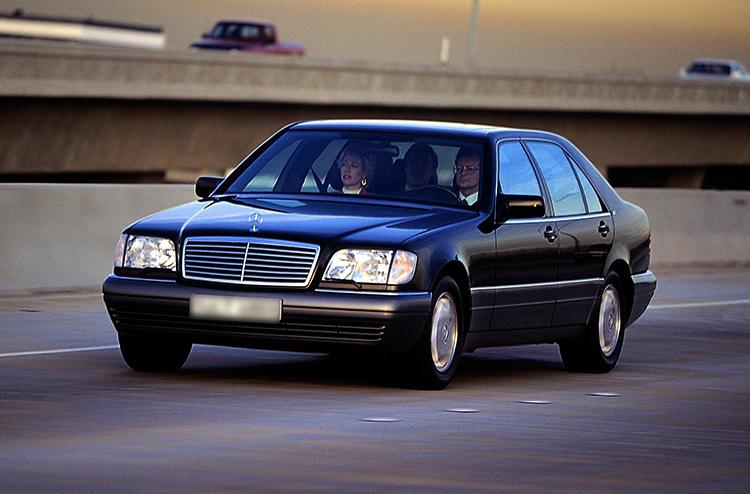 Mercedes-Benz W140 на дороге