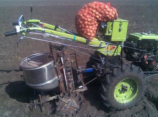 Использование сажалки для картофеля
