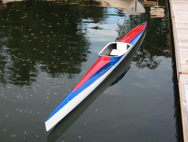 Спортивная байдарка на воде