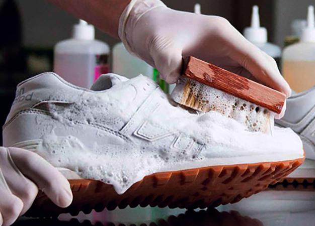Специалист чистит кроссовок