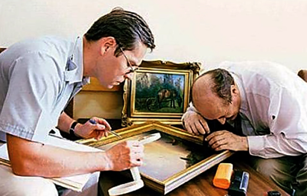 Специалисты проводят экспертизу картины