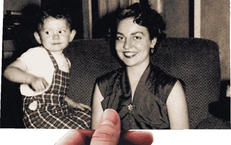 Старое фото в руках
