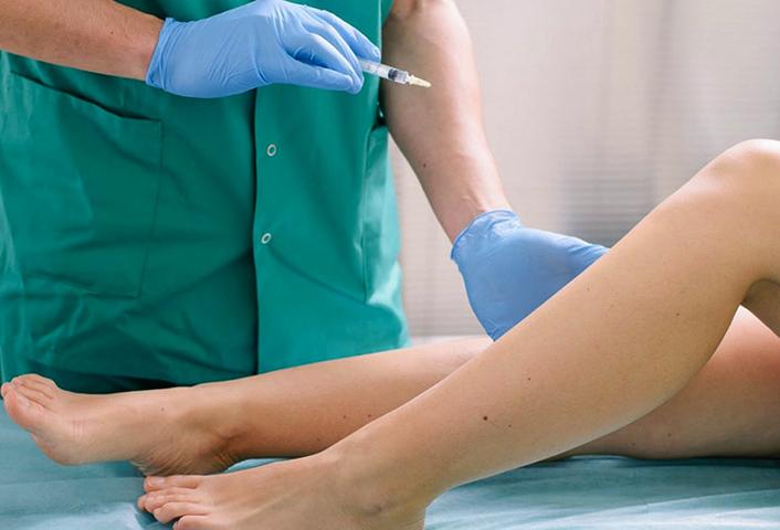Врач и пациент на проведении слеротерапии