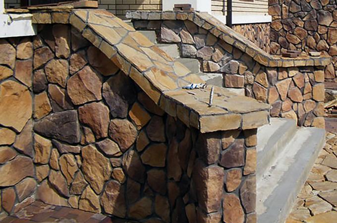Дом, с отделанным натуральным камнем фасадом