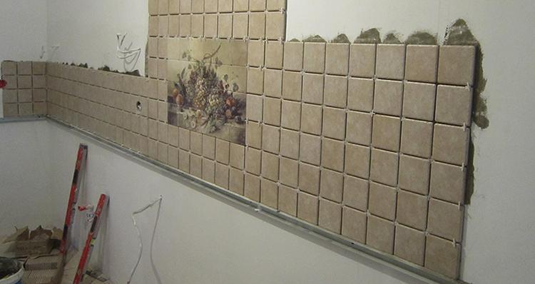 Проведение работ по укладке фартука из плитки