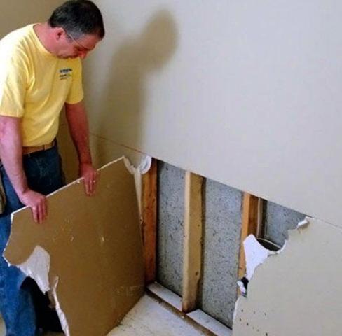 Специалист проводит демонтаж гипсокартона