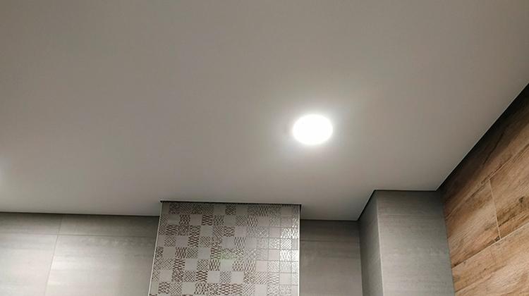 Красивый теневой натяжной потолок