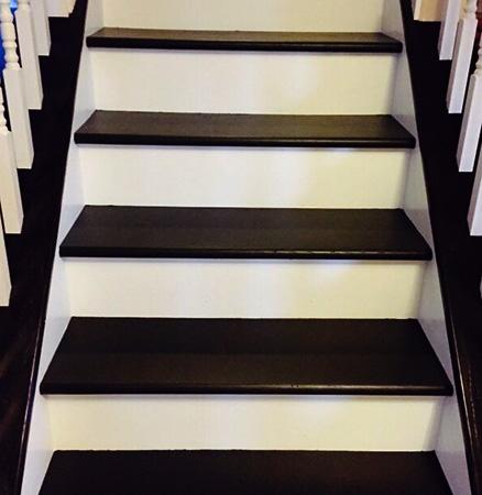 Покрашенная деревянная лестница