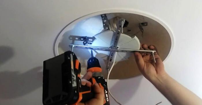 Установка люстры на натяжной потолок